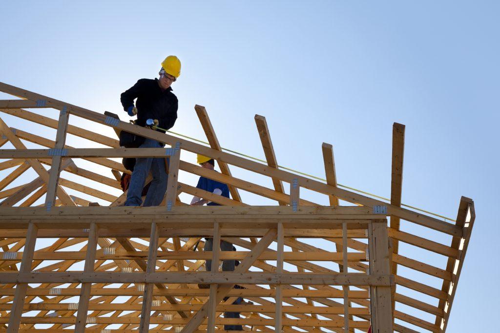 instalações hidráulicas: homem construindo casa